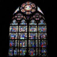 ノートルダム大聖堂の内部にあるステンドグラスの役割とは